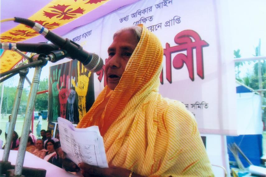 Promouvoir le leadership des femmes: une femme âgée se fait entendre lors d'un audit public en 2012.