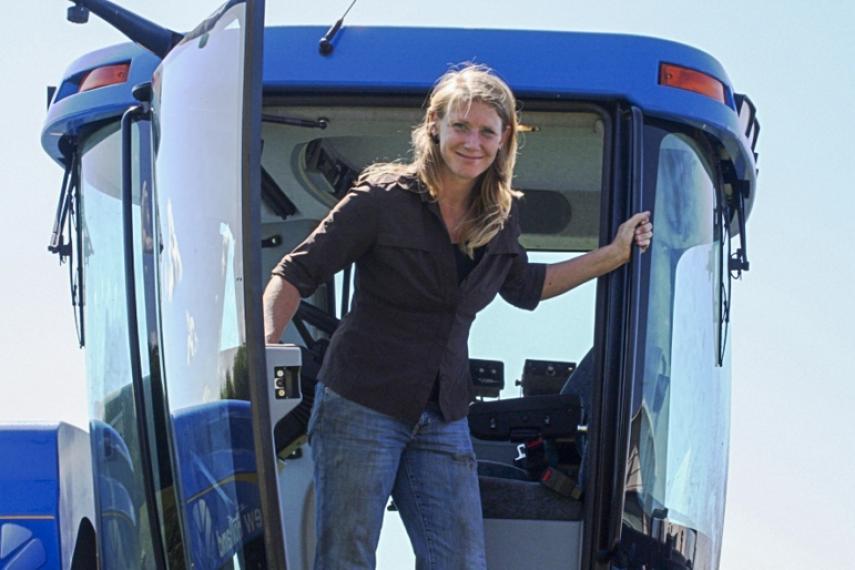 Kalissa Regier appréciant une journée de récolte dans les prairies.