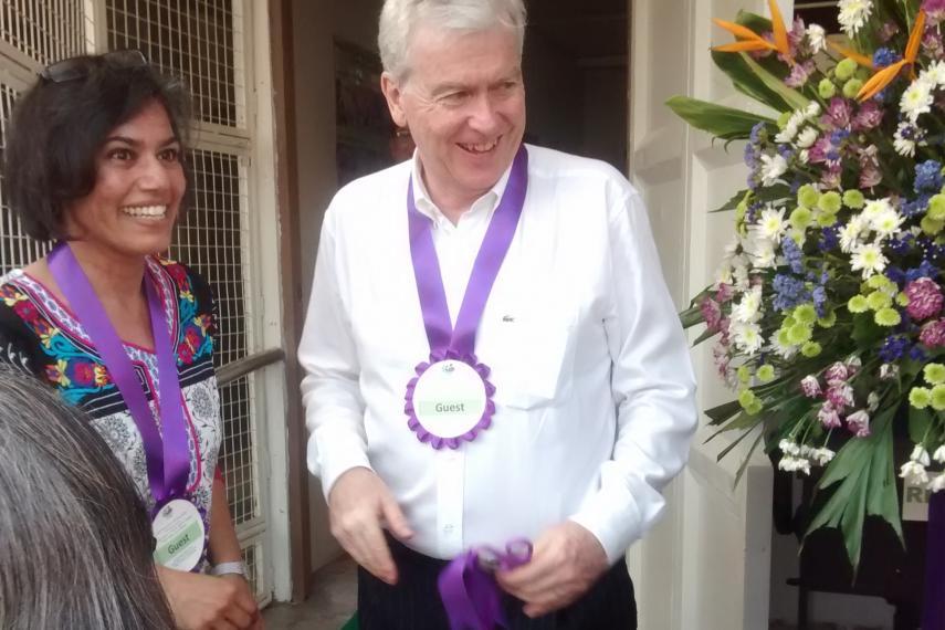 Rita Morbia, directrice générale d'Inter Pares a rejoint M. John Holmes, ambassadeur du Canada aux Philippines lors de la cérémonie d'inauguration de la nouvelle clinique Zaragosa de Likhaan dans la métropole de Manille.