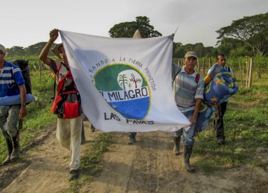Las Pavas: après avoir été violemment expulsés, des membres de la communauté regagnent  leur terre.