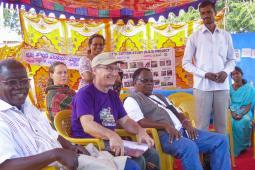 Des producteurs indiens racontent leur expérience avec le coton génétiquement modifié aux participants canadiens et africains