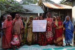 Groupe de femmes qui tiennent un enseigne qui souhaite une bonne journée internationale des femmes
