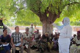 Eric Chaurette d'Inter Pares avec des agriculteurs d'Afrique de l'Ouest et d'Inde échangent des idées