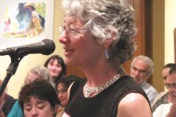 Cathleen Kneen s'entretient avec les conférenciers lors de l'assemblée générale annuelle d'inter Pares en 2009.