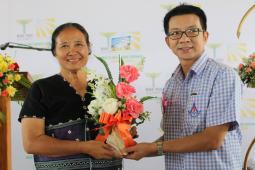 Dre Cynthia Maung honorée pour son travail auprès des populations lors de l'inauguration des nouvelles installations de la clinique Mae Tao, le 28 mai 2016.