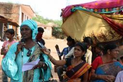 Une sénégalaise leader du rural s'exprime lors d'un échange avec la Deccan Development Society en Inde. Un aspect essentiel de notre approche féministe est d'organisé des échanges internationaux pour favoriser l'apprentissage mutuel.