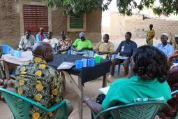 Les producteurs-chercheurs en rencontre avec les membres du personnel d'Inter Pares et de COPAGEN