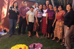 L'équipe et plusieurs membres du conseil d'administration de la Consejería Oxlajuj Ix CAMEX lors de la cérémonie d'ouverture.