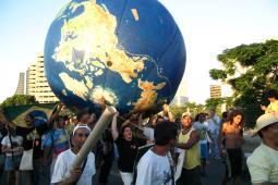 Manifestation avec terre géante
