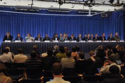 Des membres du gouvernement colombien et des FARC entament les pourparlers pour mettre fin au conflit, à Oslo, en Norvège.