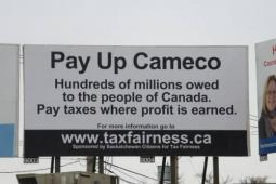 Un panneau publicitaire à Saskatoon sur l'évasion fiscale de Cameco
