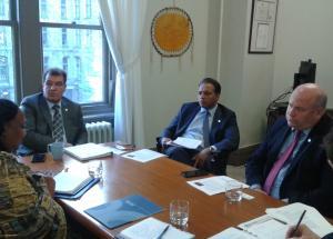 Dre Asha El-Karib en réunion avec les députés Bob Nault, Raj Saini et Dean Allison.