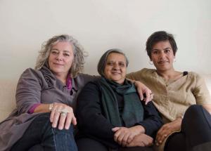 De gauche à droite : Amanda Dale, membre du conseil d'administration, Khushi Kabir de Nijera Kori, Bangladesh, et Rita Morbia, directrice générale d'Inter Pares.