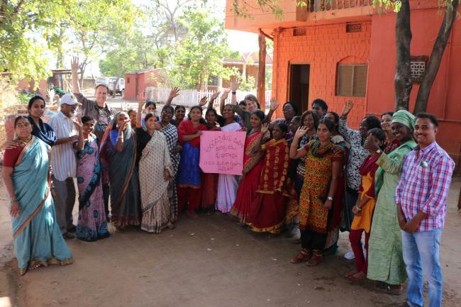 Les membres de la délégation COPAGEN-Inter Pares célèbrent la Journée internationale des femmes un peu tôt avec leurs hôtes de la DDS.