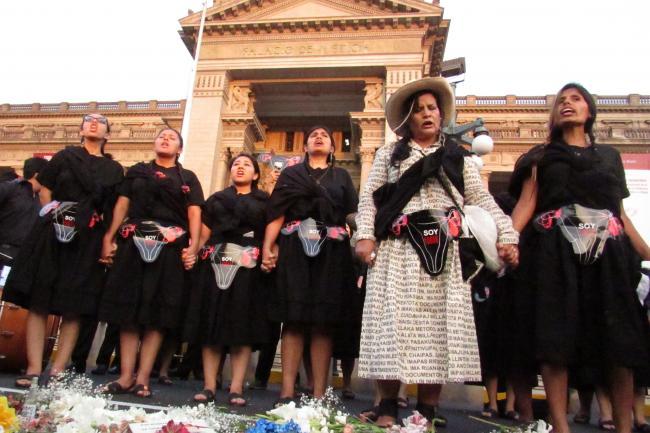 Des activistes manifestent en face de la cour suprême Péruvienne et déposent des fleurs pour pleurer la perte des droits reproductifs pendant la dictature de Fujimori et demandent réparation.
